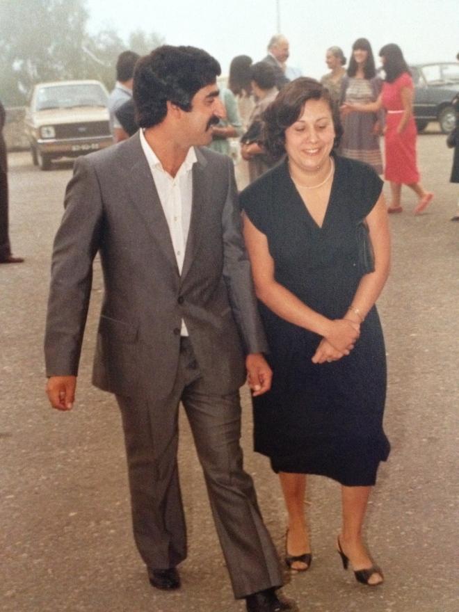 Os meus pais, a caminho de uma cerimónia - nesta altura a minha mãe guardava-me dentro dela já há 3 meses